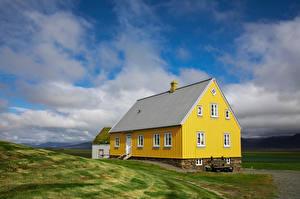 Bureaubladachtergronden IJsland Huizen Geel kleur Wolken  Natuur