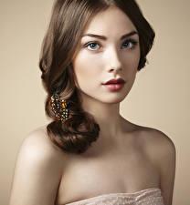 Bilder Schmuck Farbigen hintergrund Braunhaarige Gesicht Rote Lippen Mädchens