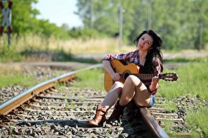 Fotos & Bilder Brünette Sitzend Bein Gitarre Hemd Blick Schienen Bokeh Lena Mädchens