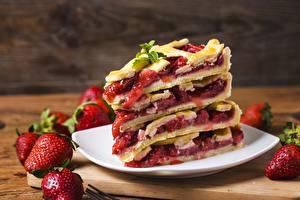 Fotos & Bilder Obstkuchen Erdbeeren Stück Lebensmittel