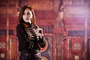Bakgrunnsbilder Pistol Asiater Brunt hår kvinne Blikk Uniform Uklar bakgrunn Unge_kvinner