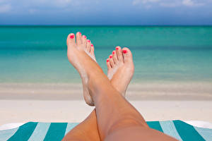 Tapety na pulpit Morze Bokeh Nogi Pedicure Dziewczyny