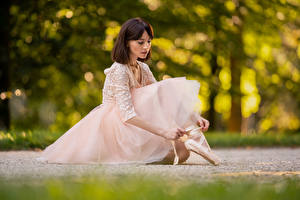 Fotos Sitzt Kleid Bokeh Ballett junge Frauen