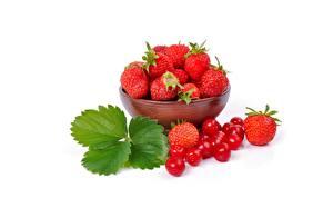 Fotos & Bilder Erdbeeren Weißer hintergrund Schüssel Lebensmittel