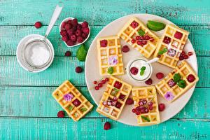 Fondos de escritorio Gofres Frambuesas Azúcar glas Holzplanken Plato comida