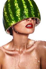 Fotos Wassermelonen Weißer hintergrund Tropfen Rote Lippen junge Frauen