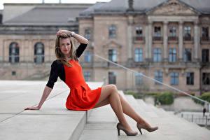 Fotos Sitzend Kleid Bein High Heels Starren Stiege Yulia Mädchens