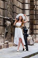 Bilder Pose Kleid Der Hut Fotoapparat Starren Anastasia Mädchens