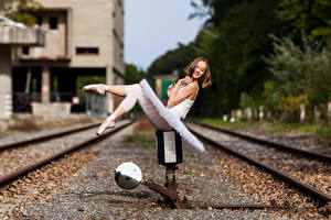 Bilder Schienen Sitzt Lächeln Bein Ballett Bokeh Anastasia junge frau