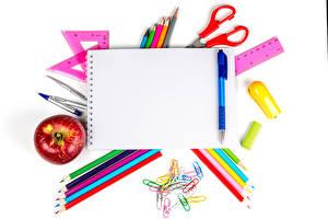 Hintergrundbilder Äpfel Schreibwaren Weißer hintergrund Notizblock Bleistifte Kugelschreiber