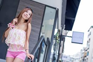 Bakgrundsbilder på skrivbordet Asiatisk Bokeh Brunhårig tjej Glasögon Leende Poserar ung kvinna