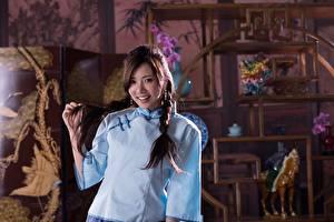 Sfondi desktop Asiatico Treccia Sorriso Le mani Ragazza capelli castani ragazza