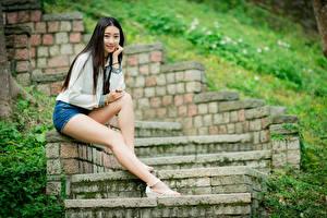 Fotos Asiatische Brünette Stiege Sitzend Bein Shorts Starren Mädchens