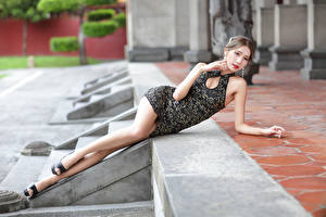Обои Азиаты Лежит Платье Ноги Взгляд Девушки картинки