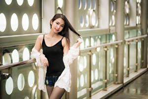 Hintergrundbilder Asiaten Posiert Shorts Unterhemd Starren junge frau
