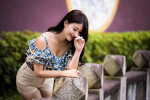 Fotos Asiatische Posiert Lächeln Bluse Bokeh Mädchens