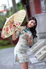Sfondi desktop Asiatico Sorriso Ombrella Abito Colpo d'occhio Ragazze