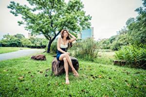 Fotos Asiatische Stein Sitzen Bein Starren junge frau