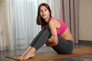 Hintergrundbilder Avery 1997 Fitness Sitzt Bein Starren Mädchens