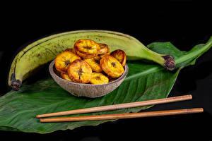 Обои Бананы Черный фон Листья Палочки для еды Еда картинки