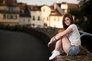 Fotos Bokeh Braune Haare Sitzend Hand Shorts junge frau