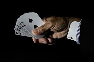 Bureaubladachtergronden Speelkaart Aas kaartspel Handen Zwarte achtergrond