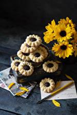 Bilder Chrysanthemen Kekse Bretter Gelb Lebensmittel