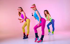 Bureaubladachtergronden Fitness Drie 3 Poseren Uniform Glimlach Jonge_vrouwen