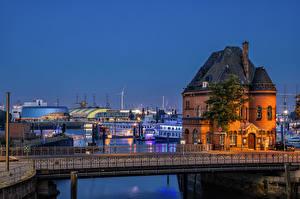 Bakgrundsbilder på skrivbordet Tyskland Hamburg Kväll Byggnad Floder Bro Småbåtshamn Staket stad