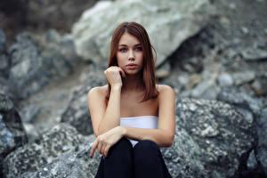 Hintergrundbilder Sitzt Süßer Starren Unscharfer Hintergrund Junge frau Lada Mädchens