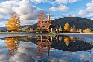 Hintergrundbilder Norwegen Herbst Berg Kirche Wolke Spiegelung Spiegelbild Vestlandet Natur