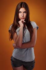 Hintergrundbilder Viacheslav Krivonos Schönes Schön Braunhaarige Blick Hand T-Shirt Shorts Junge Frauen Olga Mädchens