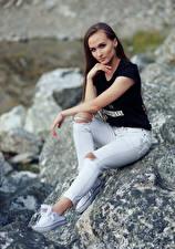 Hintergrundbilder Steine Sitzend Jeans T-Shirt Starren Nastya, Evgeniy Bulatov Mädchens