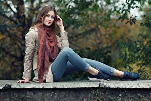 Hintergrundbilder Sitzend Jeans Umhang Blick Bein Tanya, Evgeniy Bulatov Mädchens