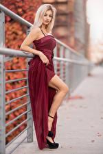 Tapety na pulpit Blondynka Sukienka Nogi Rozmazane tło Spojrzenie Alessandra