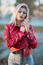 Bilder Blondine Jacke Zigaretten Hand Blick Alessandra junge frau