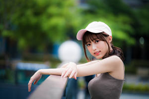 Hintergrundbilder Asiatische Baseballcap Hand Starren Unscharfer Hintergrund Mädchens