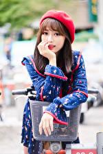 Bilder Asiatische Fahrradlenker Posiert Kleid Barett Starren Unscharfer Hintergrund junge frau