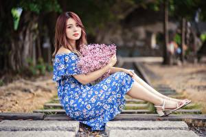 Fotos Asiatische Blumensträuße Kleid Sitzt Starren Mädchens