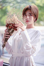 Hintergrundbilder Asiatische Blumensträuße Hand Blick Bokeh Mädchens