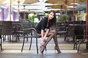 Hintergrundbilder Asiaten Stühle Sitzt Bein Bluse Starren Mädchens