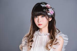 Hintergrundbilder Asiaten Süßer Starren Grauer Hintergrund Frisur junge frau