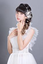 Hintergrundbilder Asiatische Frisur Pose Hand Kleid Blick Grauer Hintergrund Mädchens