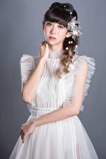 Bilder Asiatische Posiert Nett Kleid Hand Starren Mädchens