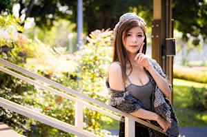 Tapety na pulpit Azjaci Poza Ręce Spojrzenie Bokeh dziewczyna