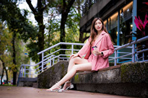 Tapety na pulpit Azjaci Siedzi Nogi Wzrok młode kobiety