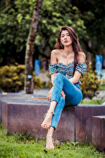 Bilder Asiatisches Sitzend Bein Jeans Bluse Starren Mädchens
