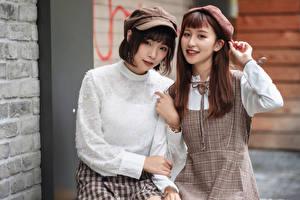Tapety na pulpit Azjatycka Dwa 2 Szatenka Uśmiech Wzrok młode kobiety