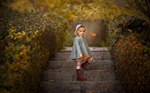 Hintergrundbilder Herbst Kleine Mädchen Treppe Blattwerk Bokeh Kinder