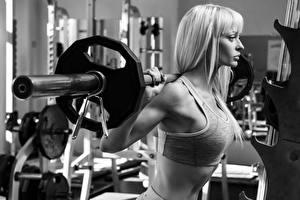 Bilder Blond Mädchen Hantelstange Trainieren Schwarz weiß junge frau